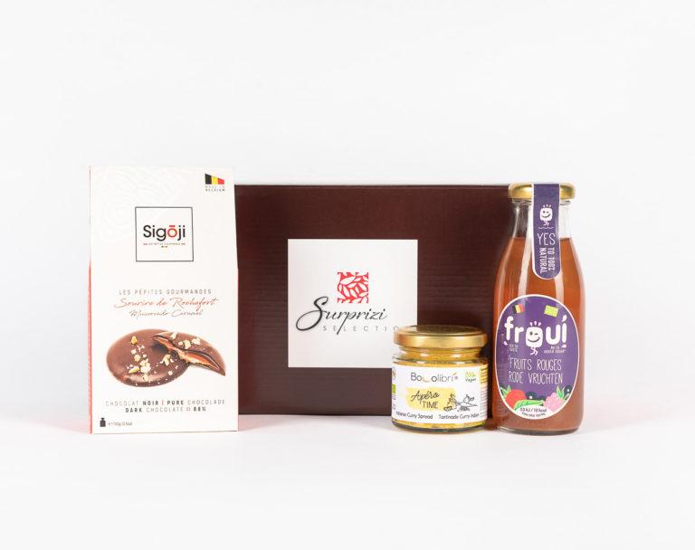 Surprizi : Nos coffrets cadeaux gourmands : Coffret : Sourire de Rochefort, chocolat noir intense fourré au caramel, 100gr / Jus de pomme infusé aux fruits rouges, 25cl / Tartinable aux légumes, 100gr : 19,83€ HTVA