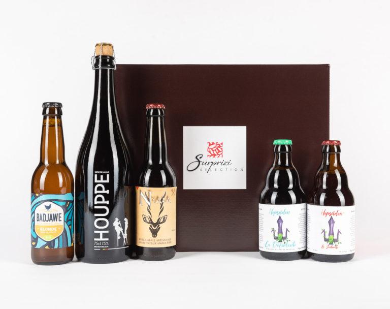 Surprizi : Nos coffrets cadeaux gourmands : Coffret : Déferlante, bière blanche, 33cl / La Badjawe, bière blonde, 33cl / Houppe, bière triple blonde, 75cl / Scélérate, bière ambrée, 33cl / Nyala, bière ambrée, 33cl : 23,20€ HTVA
