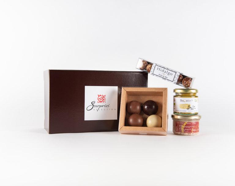 Surprizi : Nos coffrets cadeaux gourmands : Coffret : 4 dômes / Rillettes de gibier d'Ardenne au péket, 90gr / Perles de mer / Apéro time indien, 100gr : 23,75€ HTVA