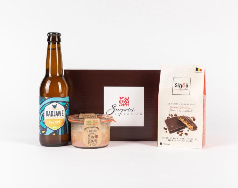 Surprizi : Nos coffrets cadeaux gourmands : Coffret : Pâté de coq des prés à la bière Ducassis, 125g / La Badjawe, bière blonde, 33cl / Pavé Cinacien: petits carrés croustillants, 100gr : 24,50€ HTVA