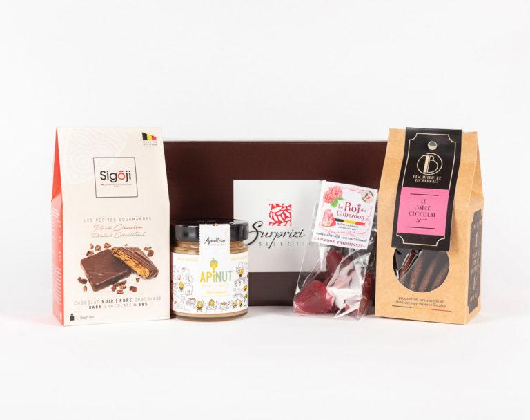 Surprizi : Nos coffrets cadeaux gourmands : Coffret : Pavé Cinacien: petits carrés croustillants, 100gr / Apinut : 80% de miel et 20% de noisette, 250gr / Le Sablé chocolat 5*, 100gr / 4 cuberdons : 26,98€ HTVA
