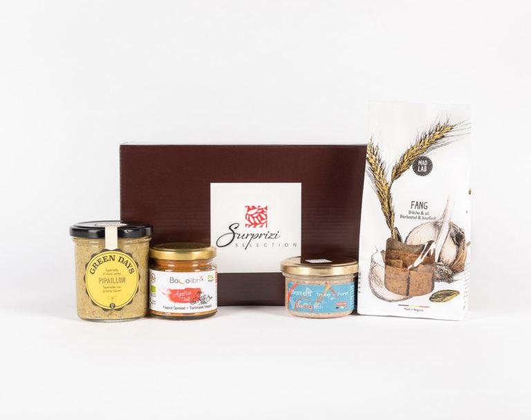 Surprizi : Nos coffrets cadeaux gourmands : Coffret : Terrine de truite saumonée, 90gr / Tartinable aux légumes, 100gr / Tapenade d'olives vertes de Sicile, 212ml / Crackers, 110gr : 28,75€ HTVA