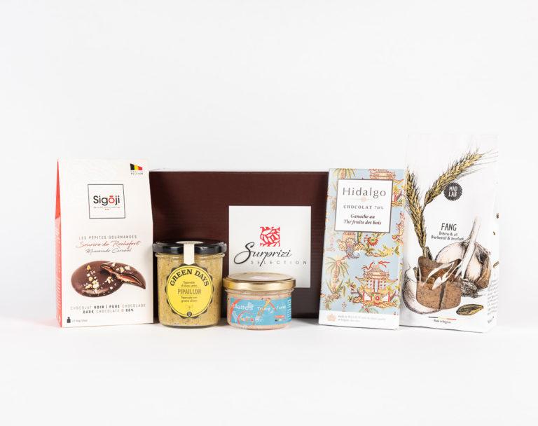 Surprizi : Nos coffrets cadeaux gourmands : Coffret : Crackers, 110gr / Terrine de truite saumonée, 90gr / Tapenade d'olives vertes de Sicile, 212ml / Tablette de chocolat aux fruits des bois, 80gr / ... : 36,44€ HTVA