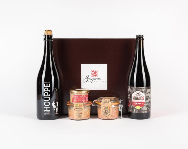 Surprizi : Nos coffrets cadeaux gourmands : Coffret : Nigauds, bière brune, 75cl / Houppe, bière triple blonde, 75cl / Pâté de coq des prés à la bière Ducassis, 125g / Pâté de Bastogne aux noix, 125gr / Rillettes de gibier des Ardennes au Peket, 90gr : 42,71€ HTVA