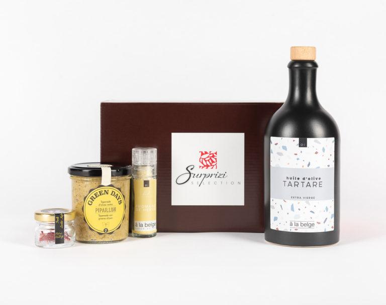 """Surprizi : Nos coffrets cadeaux gourmands : Coffret : Safran / Moulin à sel au Herve, 30gr / Huile d'olives de Sicile IGT Bio """"Tartare"""" (câpres, cornichon), 500ml / Tapenade d'Olives vertes de Sicile, 212ml : 44,67€ HTVA"""