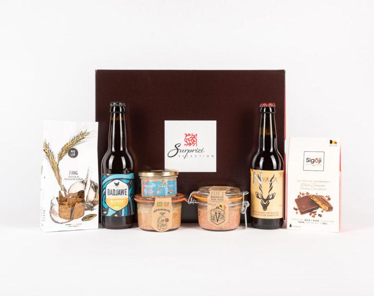 Surprizi : Nos coffrets cadeaux gourmands : Coffret : Nyala, bière ambrée, 33cl / La Badjawe, bière blonde, 33cl / Terrine de truite saumonée, 90gr / Pâté de Bastogne aux noix, 125gr / Pâté de coq des prés au piment doux, 125gr / Crackers, 110gr / ... : 48,50€ HTVA