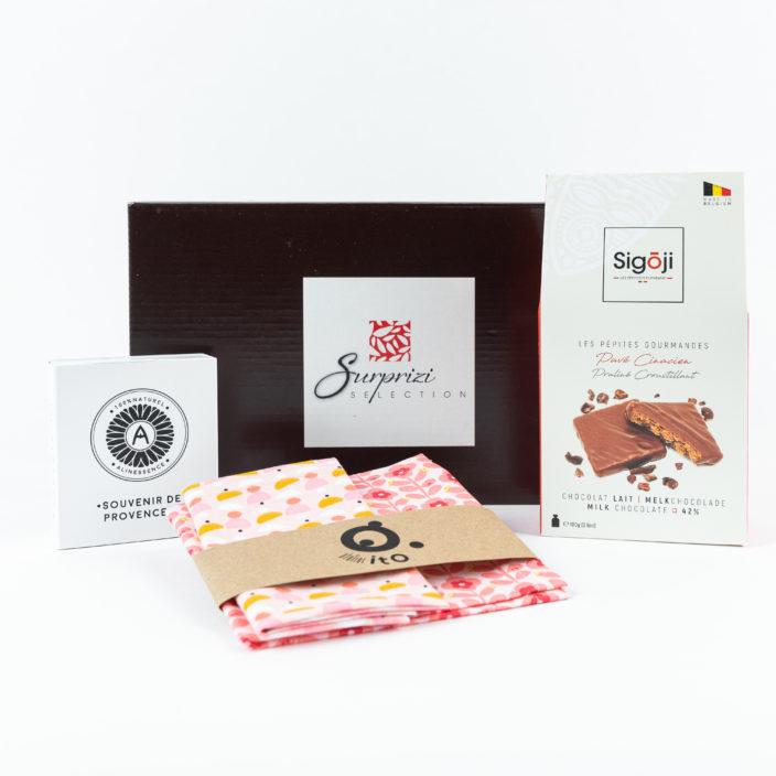 Surprizi : La nouveauté : Coffret en édition limitée avec un savon de Alinessence, des serviettes en tissu de Atelier ITO et de délicieux chocolat de Sigoji Chocolaterie.